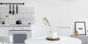 Urządzanie salonu z aneksem kuchennym w bloku – jak to zrobić?